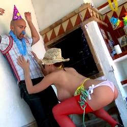 Clanddi Jinkcego, la mujer de las TETAZAS INTERMINABLES que sabe como divertirse en una fiesta