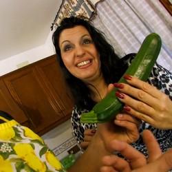 Clases de cocina con Sonia Rocks. No podía faltar un buen pepino, zanahorias... ¡¡¡y hasta UNA BERENJENA!!!