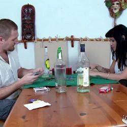 Empezaron jugando al poker y terminaron con diversión, SQUIRTING y sexo, mucho sexo con Samantha Pink.