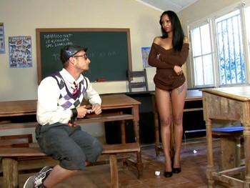 Katia de Lys, la profesora pervertida que impondrá desorden en clase.