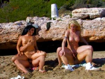 Angelica Castro y Yessenia Rock, VICIOSAS POR NATURALEZA. Orgía en las playas de Sitges.